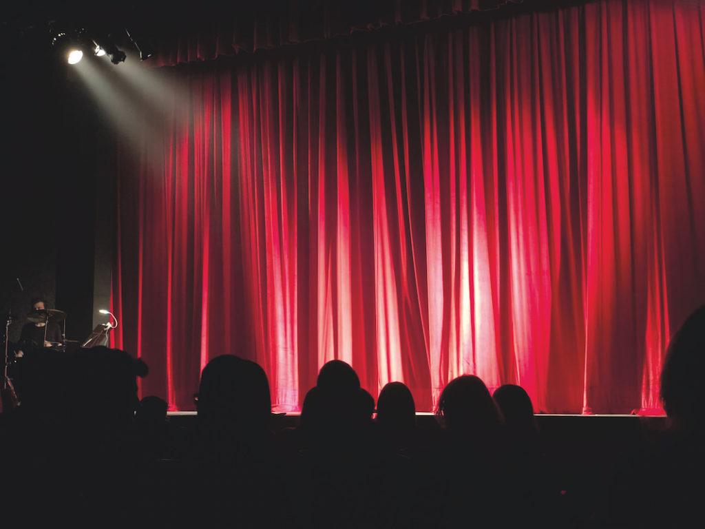 Theaterstücke und Hörspiele in Rollen lesen